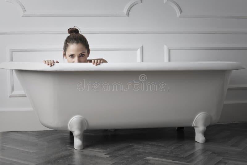 Vrouw in bad stock fotografie