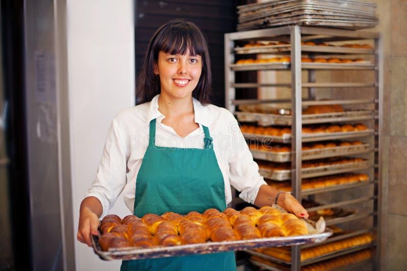 Vrouw in bakkerij stock foto's