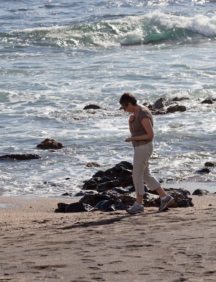 Vrouw beachcomb op het Strand van het Glas royalty-vrije stock afbeeldingen