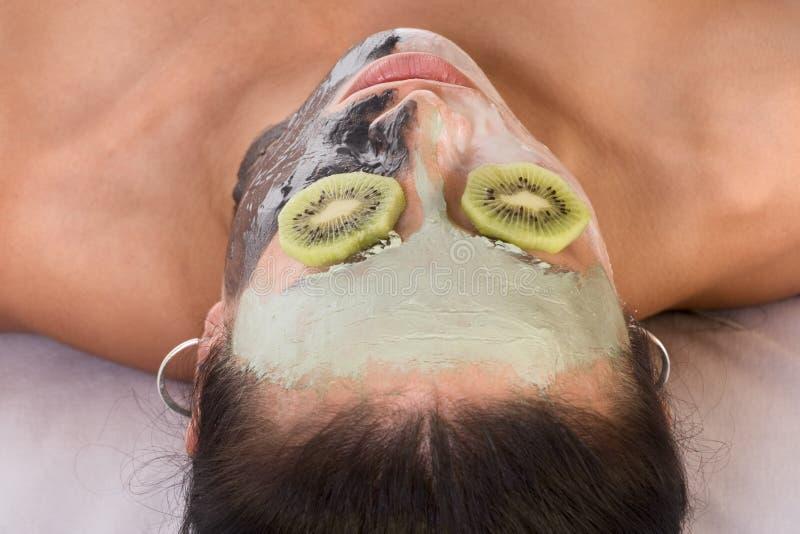 Vrouw in beauty spa experimentele gezichtsbehandeling stock foto