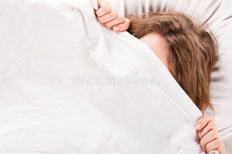 Vrouw in bed stock afbeeldingen