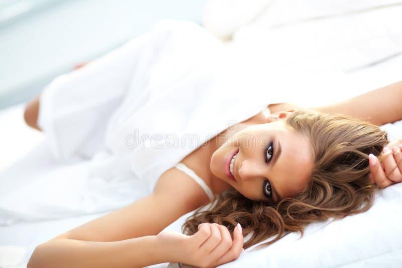Download Vrouw in bed stock foto. Afbeelding bestaande uit schitterend - 29514604