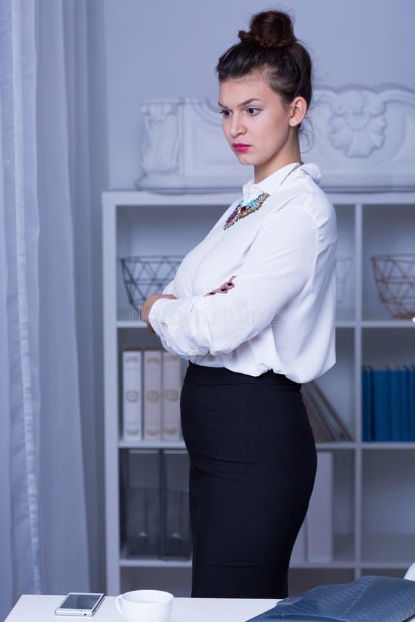 Vrouw in bedrijfs formele slijtage stock foto's