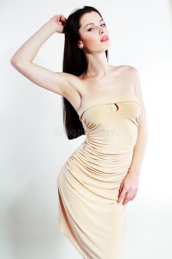 Vrouw in beige kleding royalty-vrije stock foto