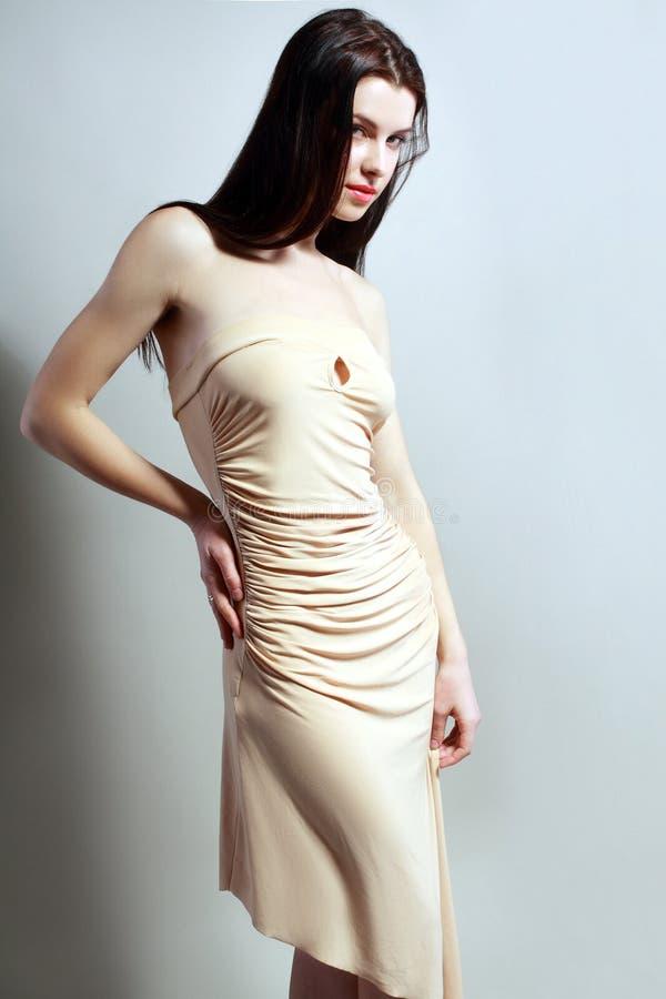 Vrouw in beige kleding royalty-vrije stock afbeeldingen