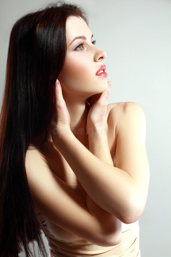 Vrouw in beige kleding stock foto