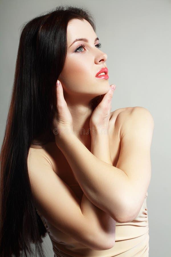 Vrouw in beige kleding royalty-vrije stock afbeelding
