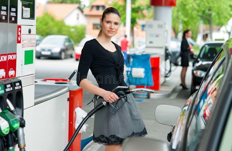 Vrouw in benzinepost royalty-vrije stock afbeelding