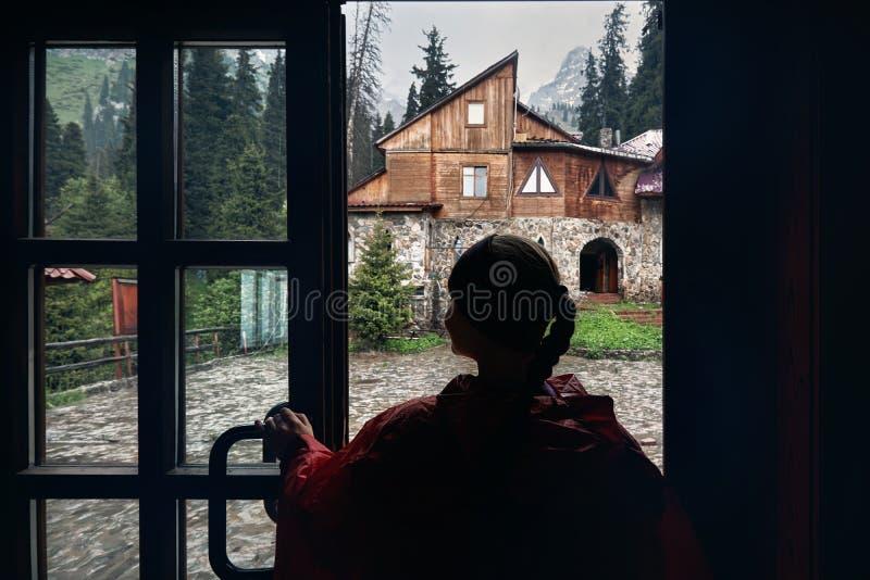 Vrouw in berghotel royalty-vrije stock afbeelding