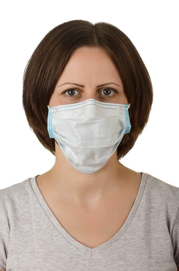Vrouw in beschikbaar medisch beschermend die masker op wit wordt geïsoleerd stock foto