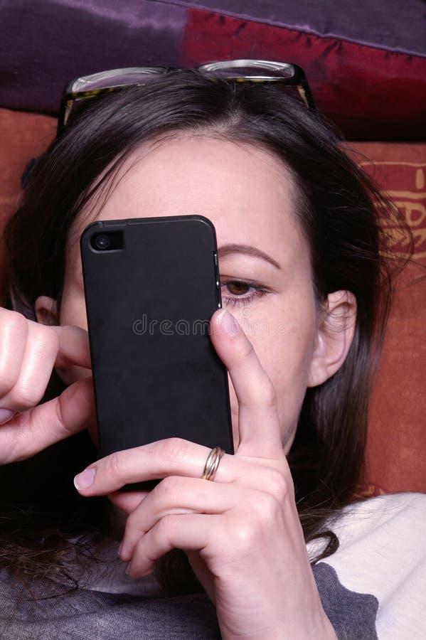 Vrouw Bezig met Mobiele Telefoon stock afbeeldingen