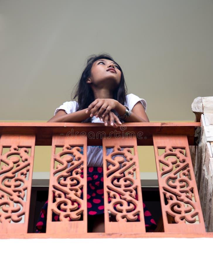 Vrouw bij balkon royalty-vrije stock foto's