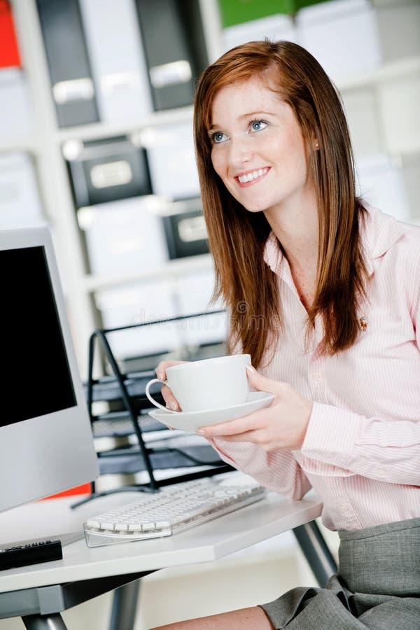 Vrouw bij Bureau stock foto