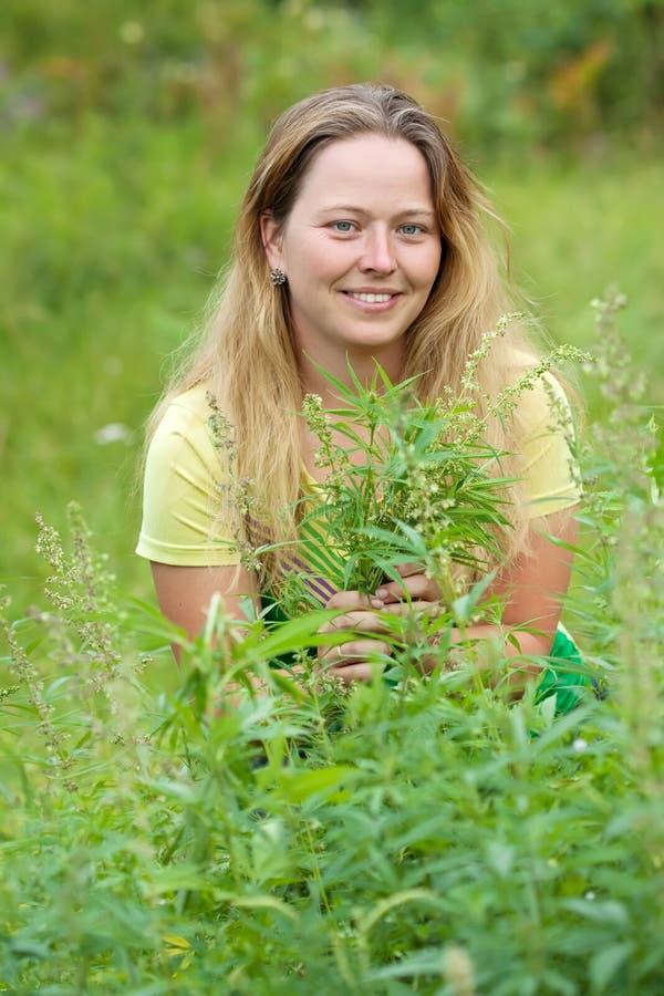 Vrouw bij cannabisinstallatie royalty-vrije stock fotografie