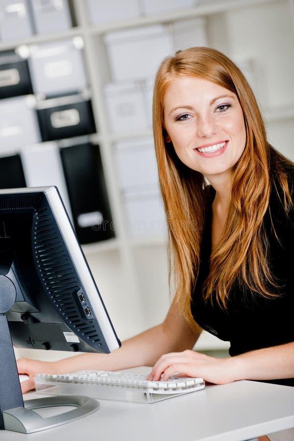 Vrouw bij Computer royalty-vrije stock foto