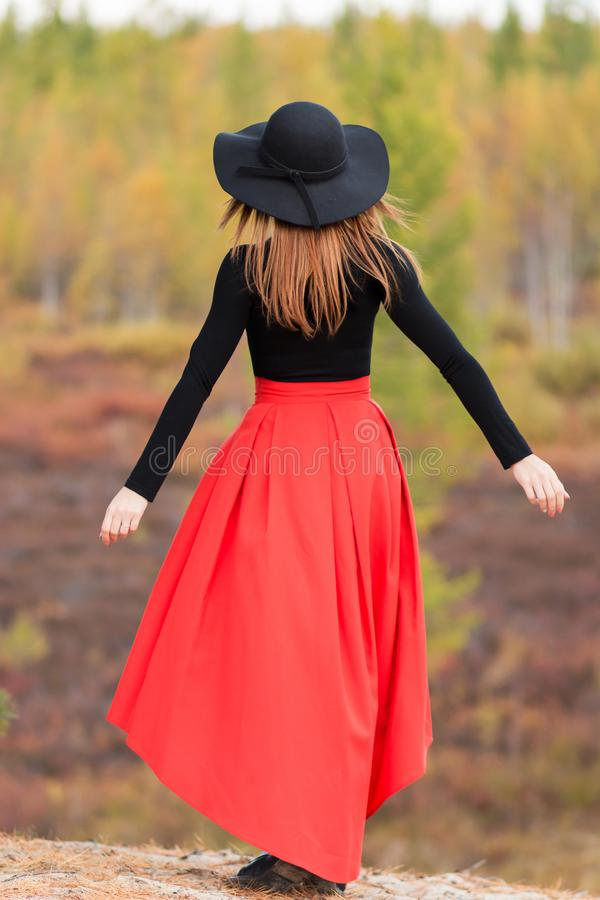 Vrouw bij de achtergrond van de herfst toneel stock foto's