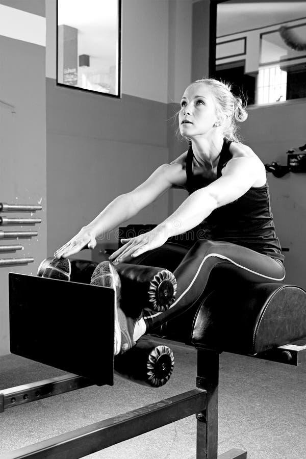 Vrouw bij de buikkrakenmachine - crossfit training royalty-vrije stock afbeeldingen