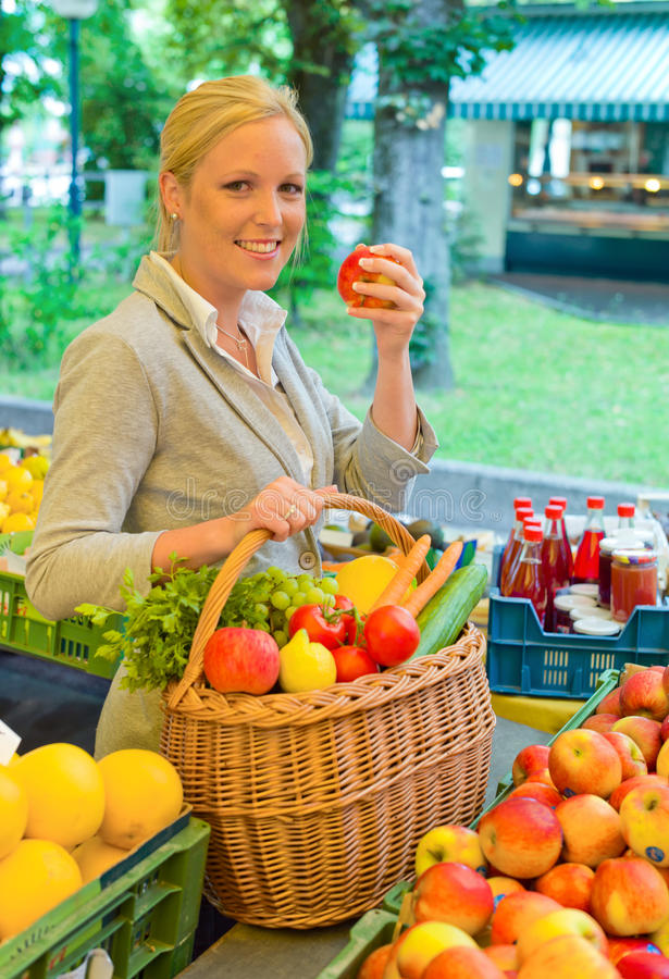 Vrouw bij de fruitmarkt stock fotografie