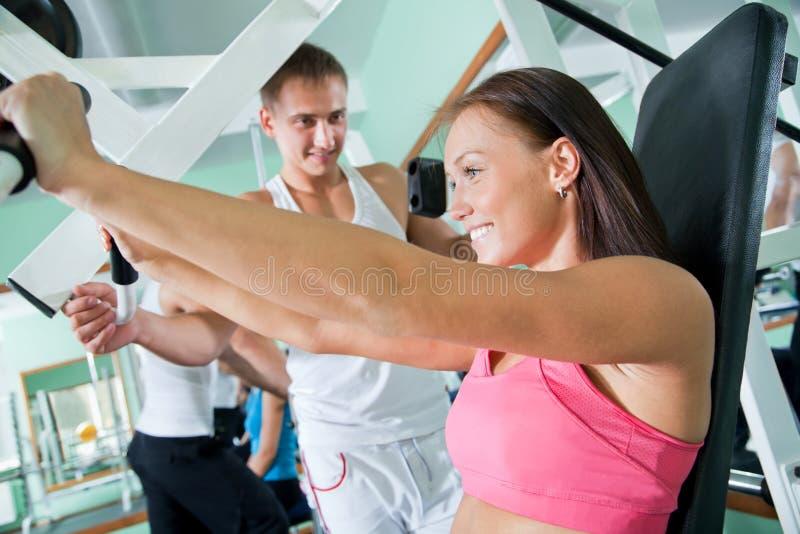 Vrouw bij de gymnastiek Geschiktheid stock fotografie