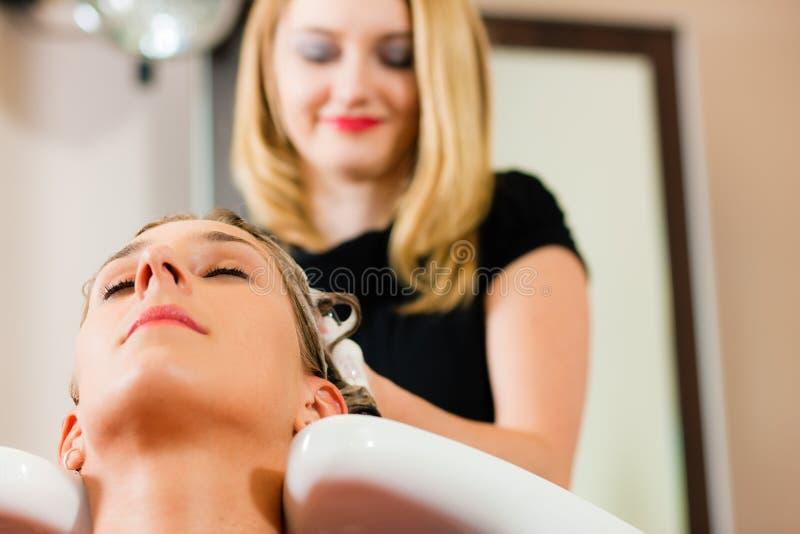 Vrouw bij de kapper stock fotografie