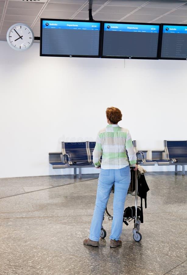 Vrouw bij de luchthaven royalty-vrije stock foto's