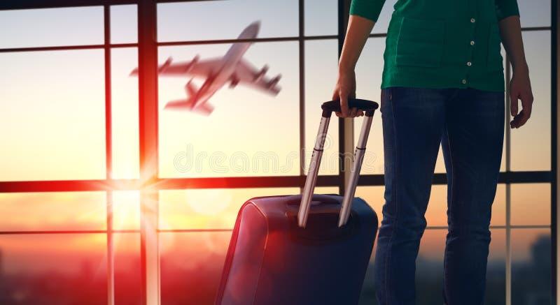 Vrouw bij de luchthaven royalty-vrije stock afbeeldingen
