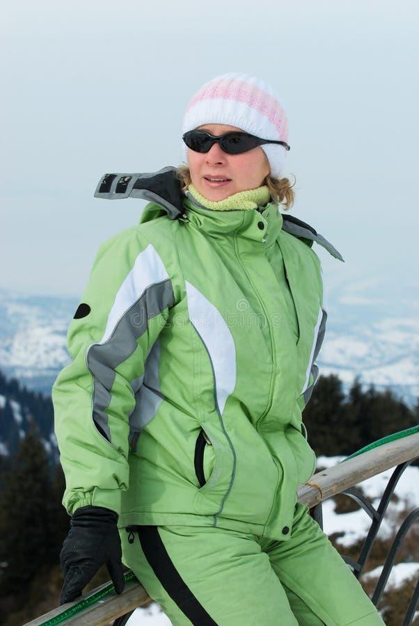 Vrouw bij de skitoevlucht royalty-vrije stock afbeeldingen