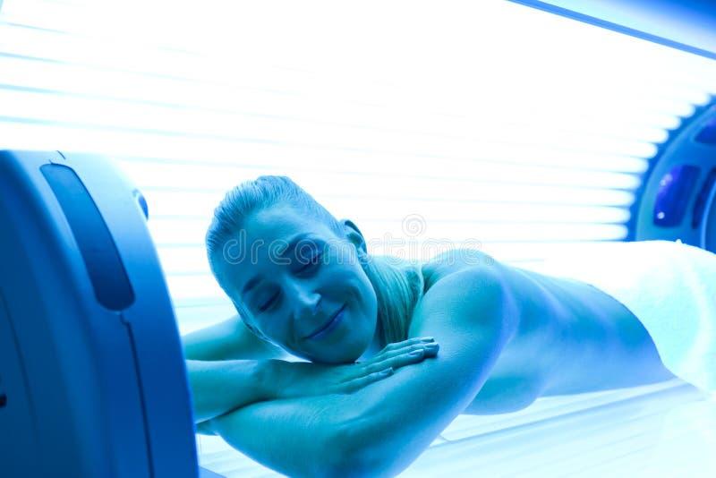 Vrouw bij de zonnebank royalty-vrije stock foto