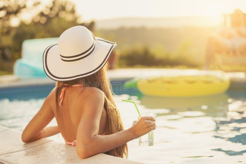 Vrouw bij een zwembad stock foto's