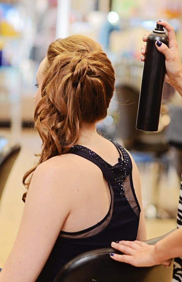 Vrouw bij haarsalon stock afbeeldingen