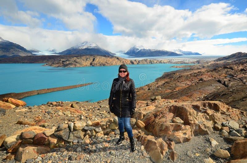 Vrouw bij het Gezichtspunt over Upsala-Gletsjer, Patagoni?, Argentini? stock foto