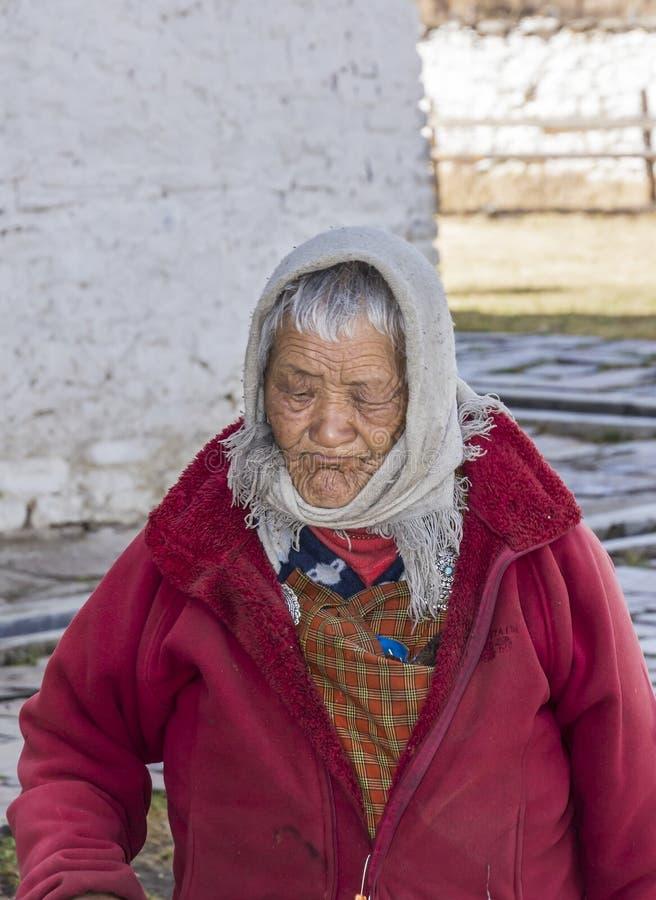 Vrouw bij het klooster royalty-vrije stock fotografie