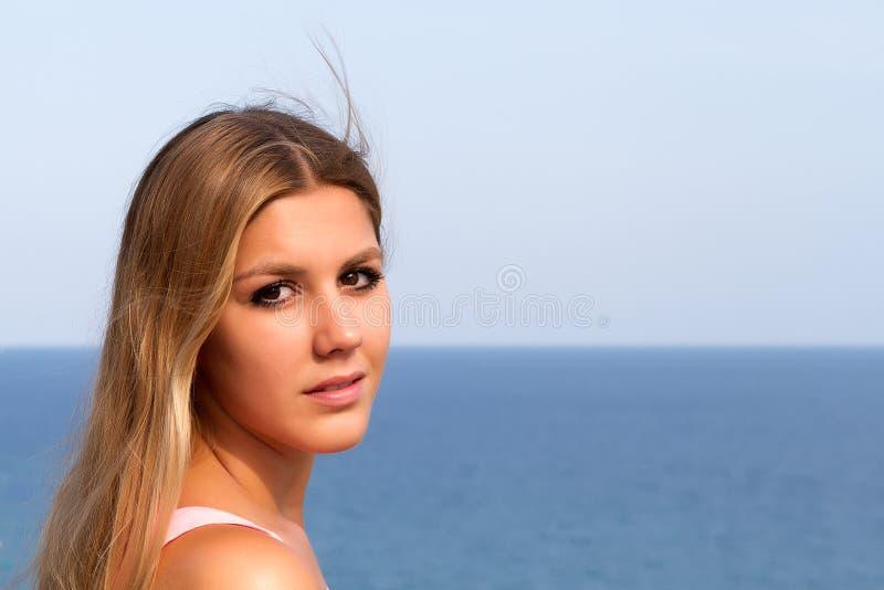 Vrouw bij het overzees stock foto