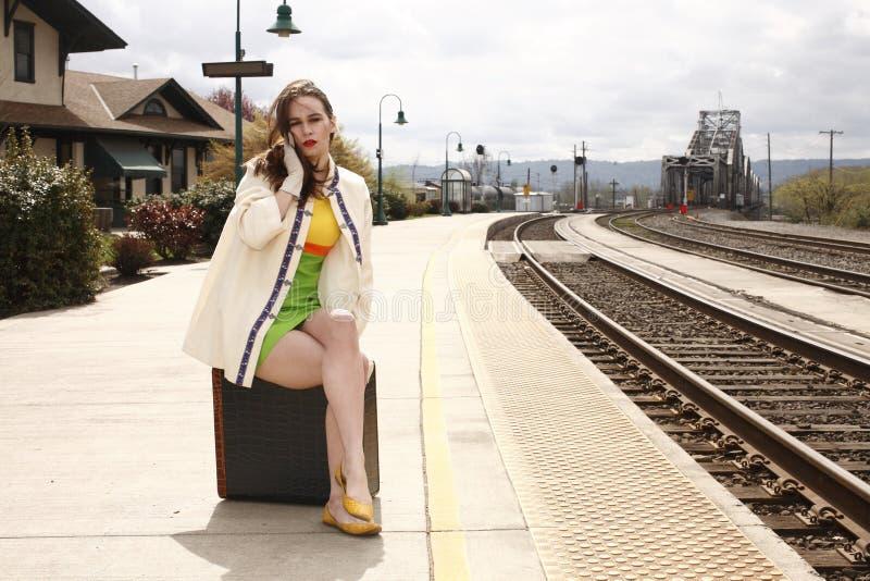 Vrouw bij het station royalty-vrije stock fotografie