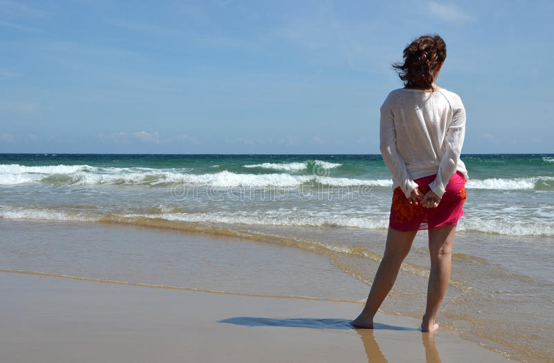 Vrouw bij het strand stock foto