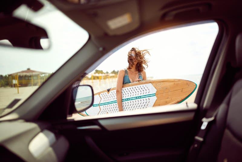 Vrouw bij het strand Het surfen De vakantie van de zomer royalty-vrije stock foto