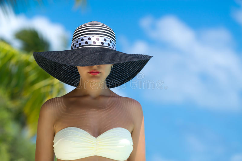 Vrouw bij het tropische strand stock foto's