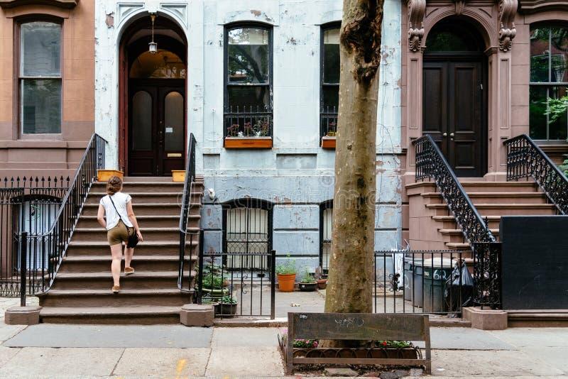 Vrouw bij klassiek oud flatgebouw in het Dorp van Greenwich stock foto