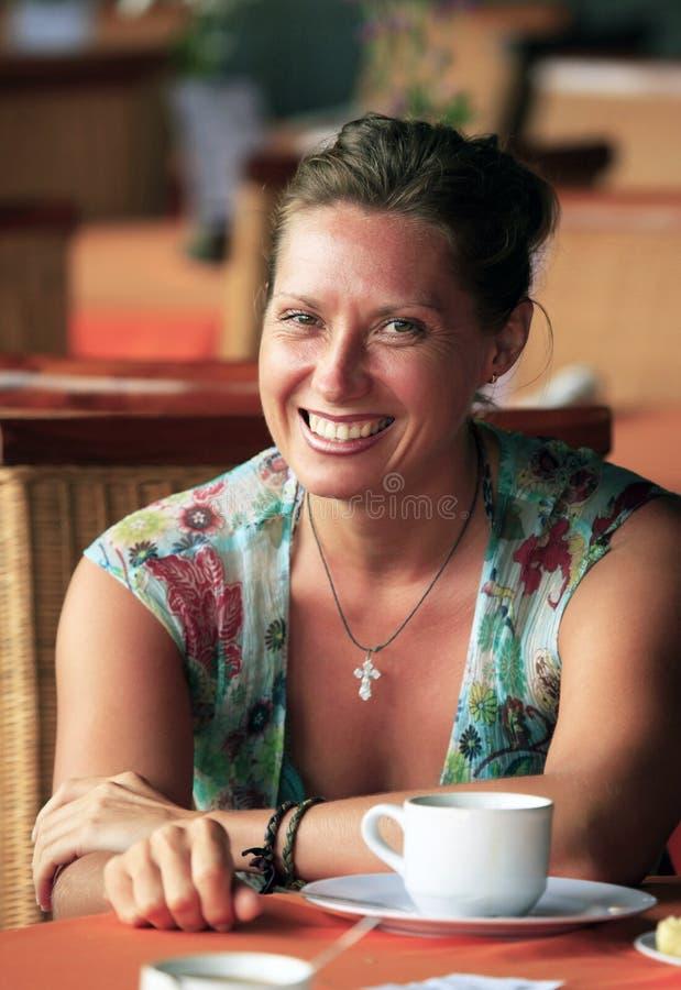 Vrouw bij koffie royalty-vrije stock afbeelding