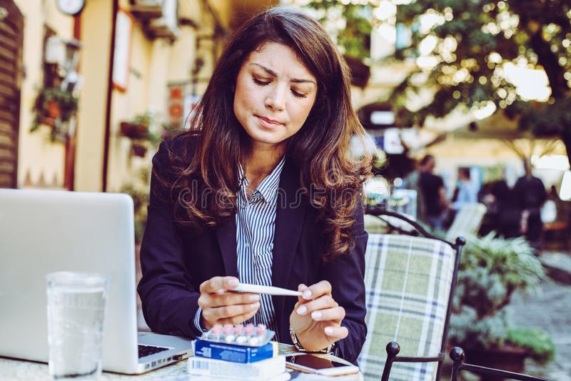 Vrouw bij koffie met koorts stock afbeelding