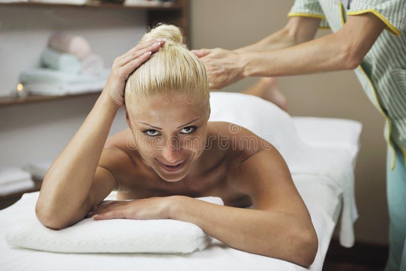 Vrouw bij kuuroord en wellness achtermassage stock afbeelding