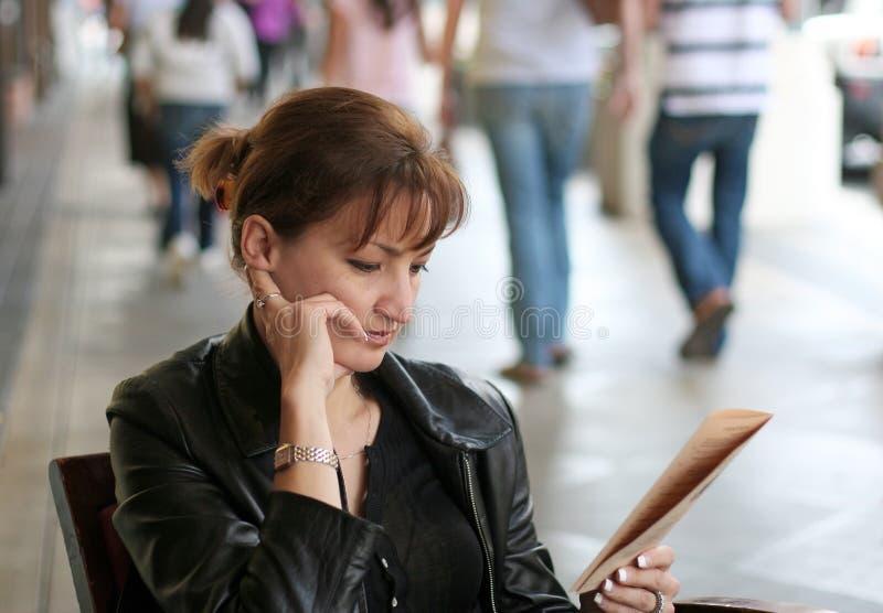 Vrouw bij lunch royalty-vrije stock foto