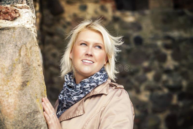Vrouw bij middeleeuws kasteel stock afbeeldingen