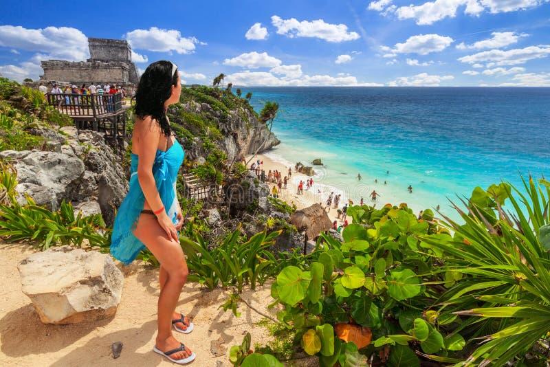 Vrouw bij mooi Tulum-strand door Caraïbische overzees, Mexico stock afbeeldingen