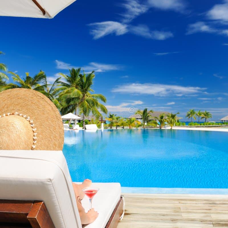 Download Vrouw Bij Poolside Met Kosmopolitische Cocktail Stock Foto - Afbeelding bestaande uit palm, atoll: 29504516