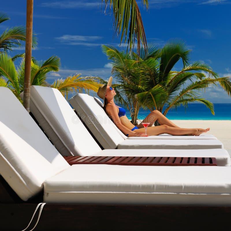 Download Vrouw Bij Poolside Met Kosmopolitische Cocktail Stock Foto - Afbeelding bestaande uit bikini, meisje: 29504532