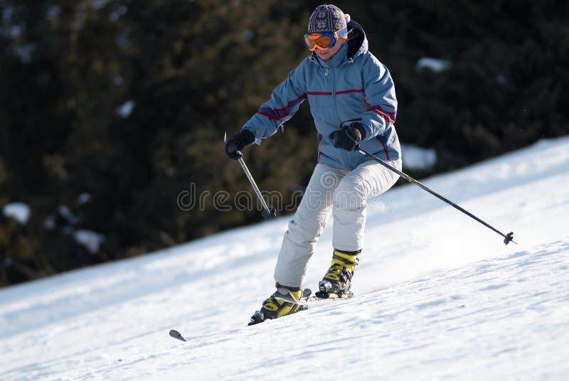 Vrouw bij skihelling stock foto's