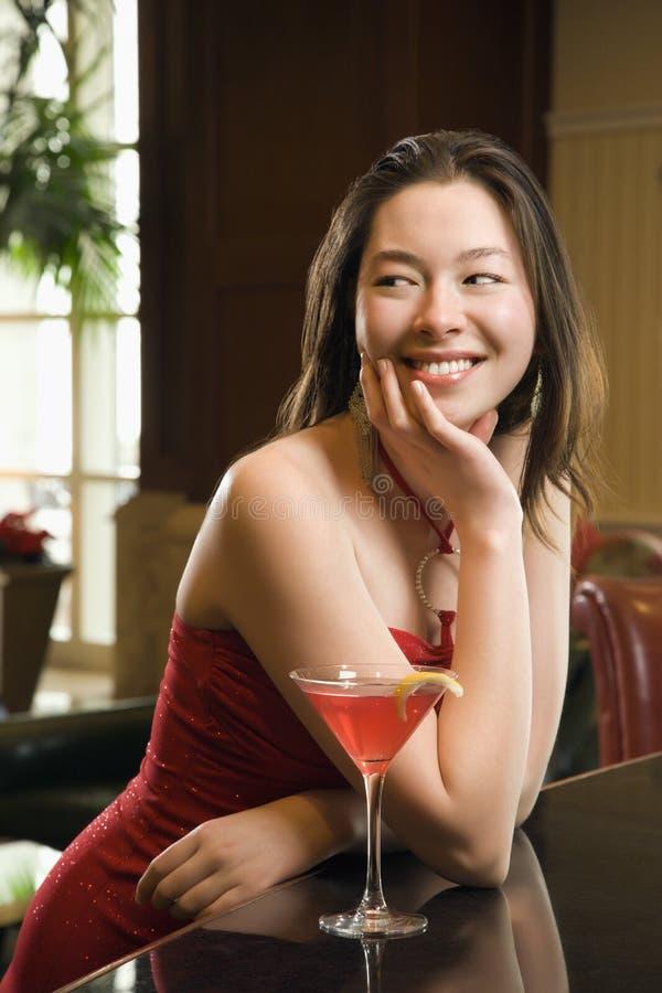 Vrouw bij staaf met drank. royalty-vrije stock afbeelding