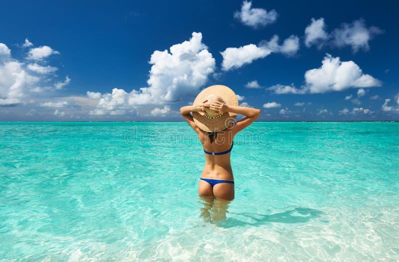 Vrouw bij strand royalty-vrije stock foto
