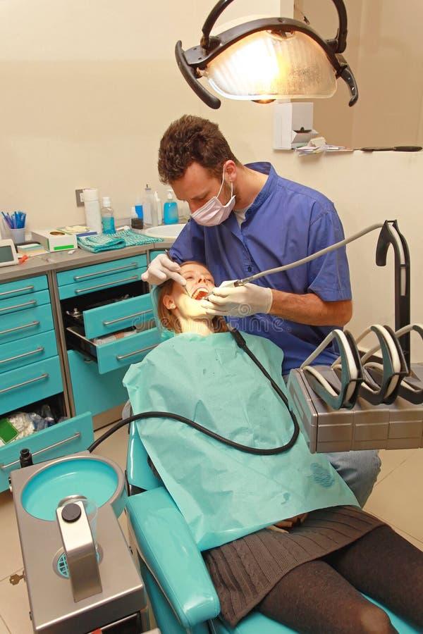 Vrouw bij tandarts stock afbeelding
